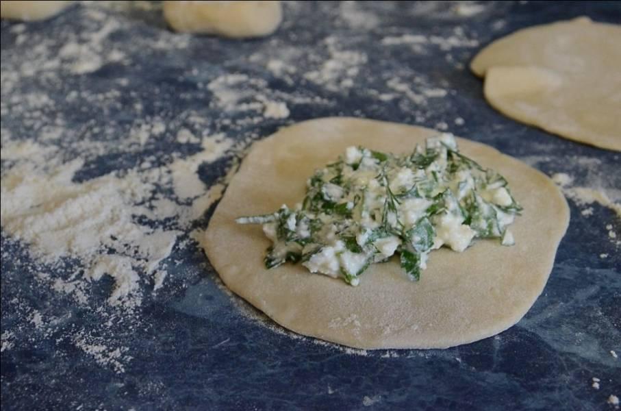 5. Теперь время снова взяться за тесто. Его необходимо разделить на небольшие кусочки, каждый из которых тонки раскатать. В середину выложить творожную начинку.