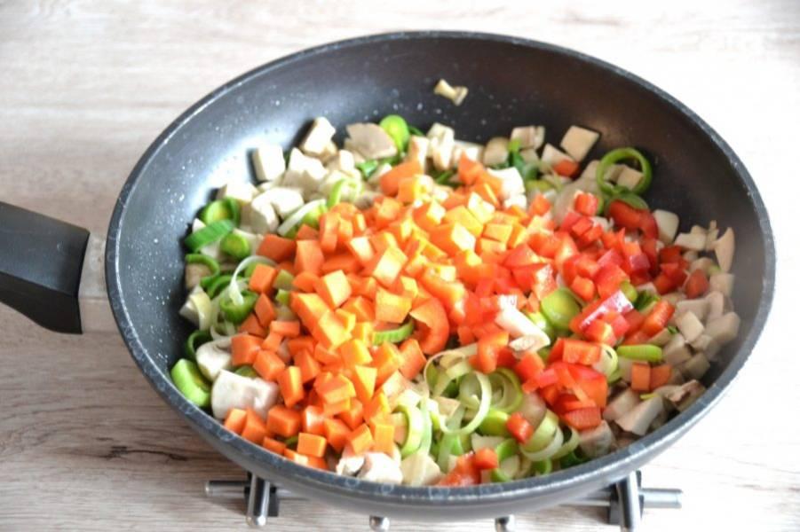 Добавьте порезанные мелким кубиком морковь и болгарский перец, слегка потушите.