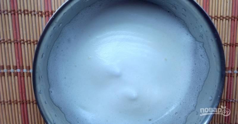 Холодные белки взбейте с солью до появления пышной пены.