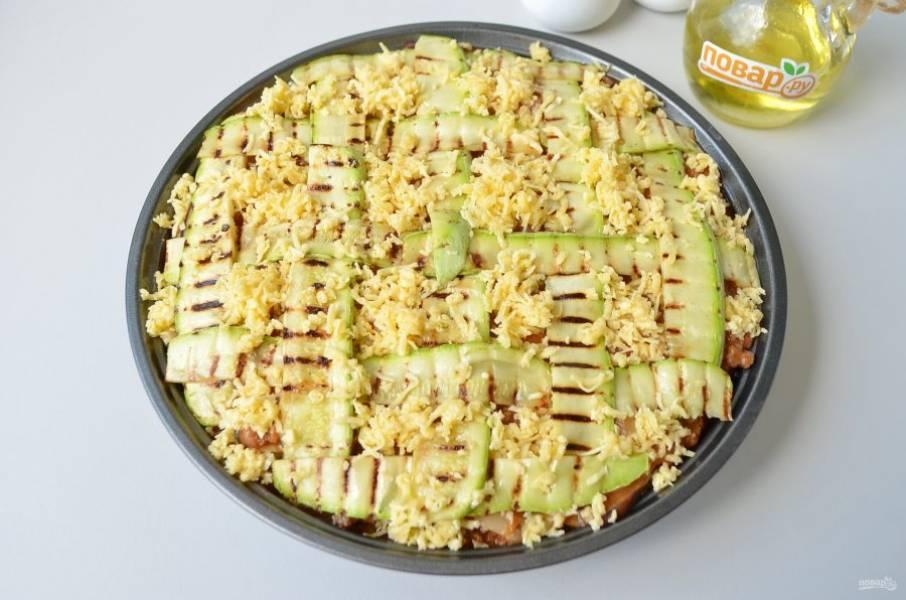 14. Кабачковый слой щедро смажьте томатным соусом, далее — рикотта, сыр. И так повторяйте слои, пока не закончатся продукты. Последний слой сделайте из кабачков, красиво уложенных сеточкой. Присыпьте сыром. Отправьте лазанью в горячую духовку (разогретую до 200 градусов) на 30-35 минут.