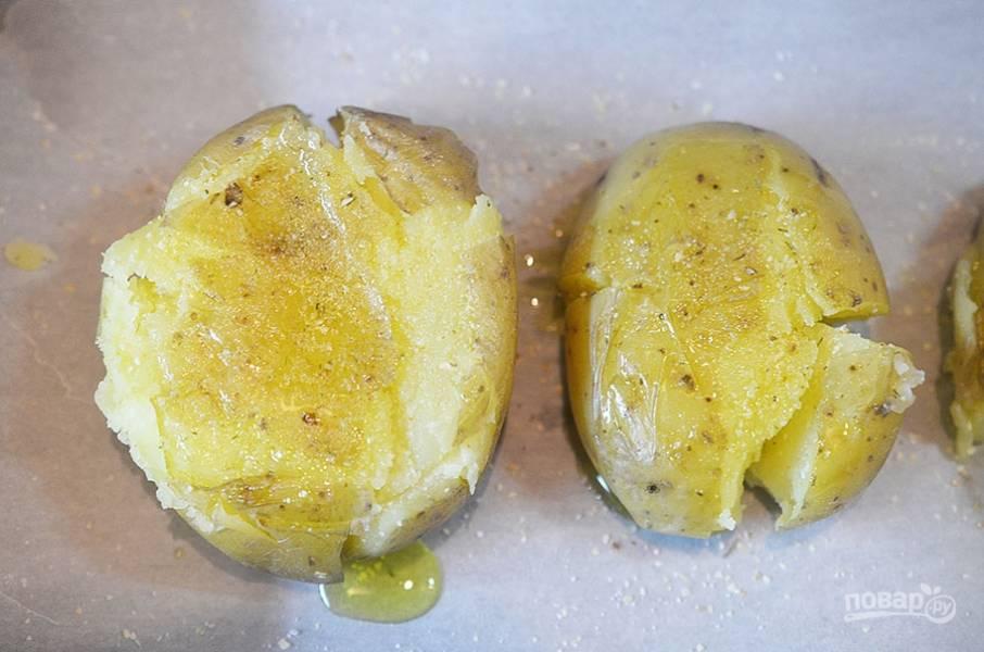 3. Посолите, посыпьте сухим чесноком и полейте оливковым маслом.