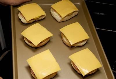 Ананас накройте ломтиком сыра и поставьте все запекаться в духовку.