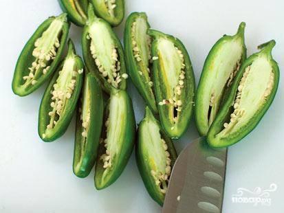 3.Будьте осторожны, нарезая острый перец. Лучше делайте это в одноразовых целлофановых перчатках. Перец нужно нарезать как можно мельче. Нож и дощечку после перца мойте отдельно.