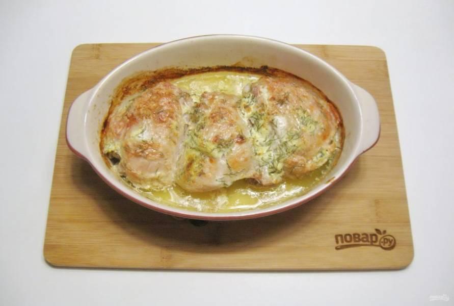 Запекайте курицу в маринаде в духовке, которую следует заранее разогреть до 180-185 градусов. На это потребуется 45-50 минут.