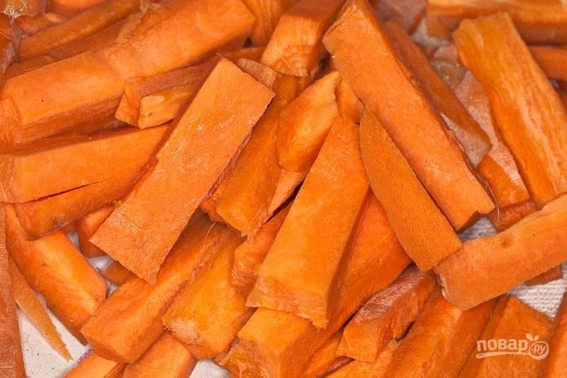 3. Морковь вымойте, очистите и нарежьте вот такими ломтиками. Также обжарьте её пару минут.