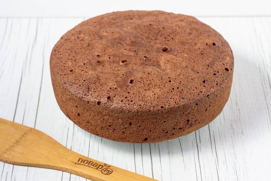 Шоколадный бисквит готов! Его нужно аккуратно достать из чаши мультиварки и остудить на решетке. Если вы никуда не спешите, то после остывания оберните его пищевой пленкой и уберите в холодильник на 5-6 часов. Тогда он будет просто идеальный!