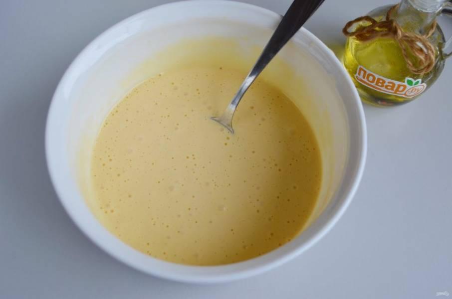 6. Приготовьте тесто для пирога: взбейте три яйца с сахаром до появления пышной плотной пены, всыпьте муку и соду (или разрыхлитель), перемешайте миксером тесто.