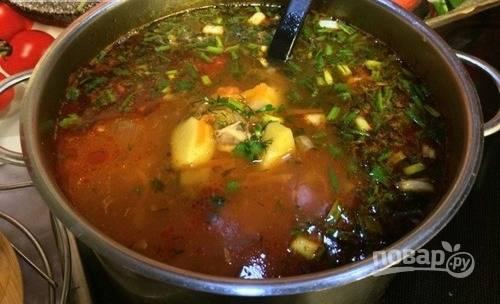 Выложите заправку для щей вместе с кусочками кролика в суп. Затем варите его пять минут. В самом конце бросьте в щи мелко нарубленную зелень. Готовым щам дайте настояться и подавайте к столу.
