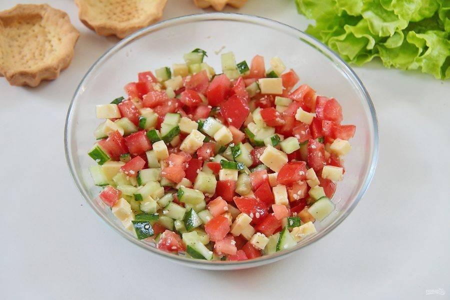 Добавьте кунжут, оливковое масло, горчицу, сок лимона, соль и перец по вкусу. Перемешайте.