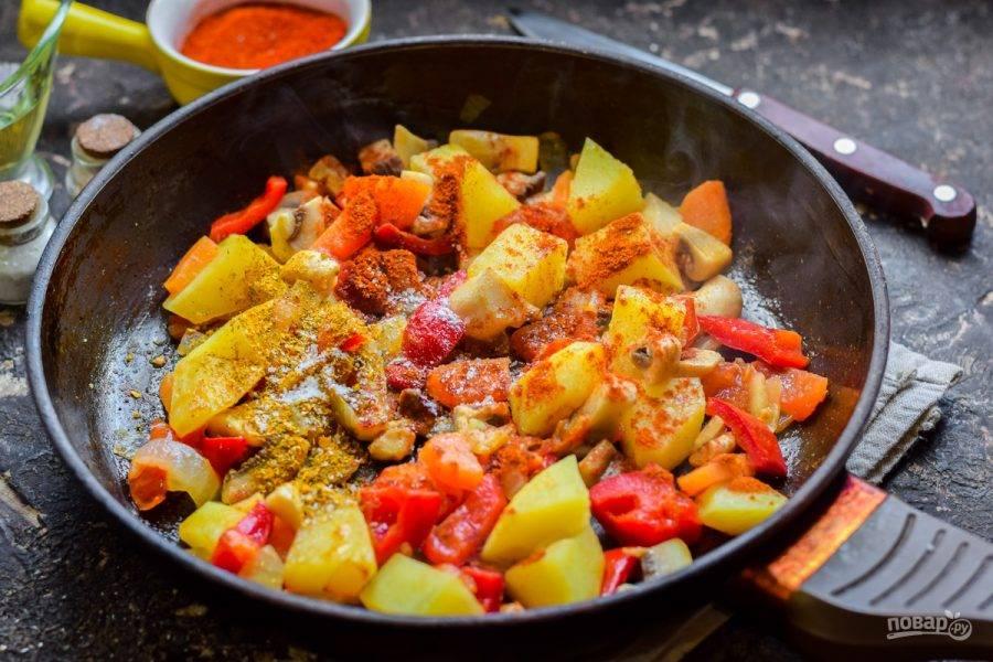 Сковороду разогрейте, смажьте маслом, выложите все овощи. Жарьте 12-15 минут помешивая. Добавьте специи по вкусу.