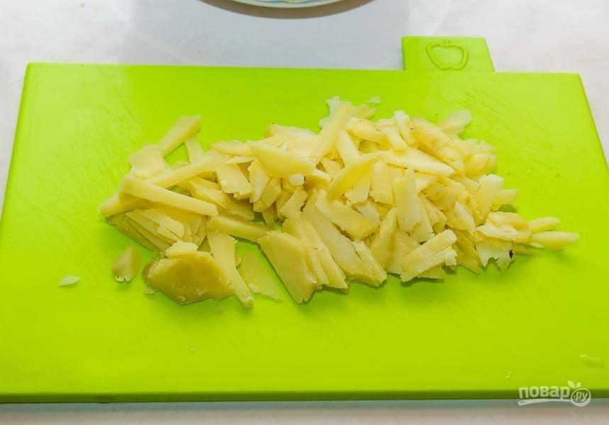 Остывший картофель тоже нарежьте соломкой.