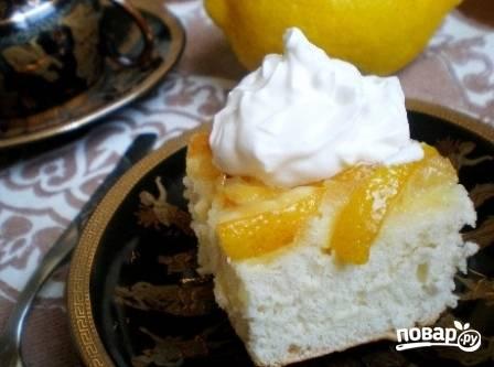 Остывшую шарлотку посыпаем сахарной пудрой или покрываем взбитыми сливками и подаем к столу. Приятного аппетита!