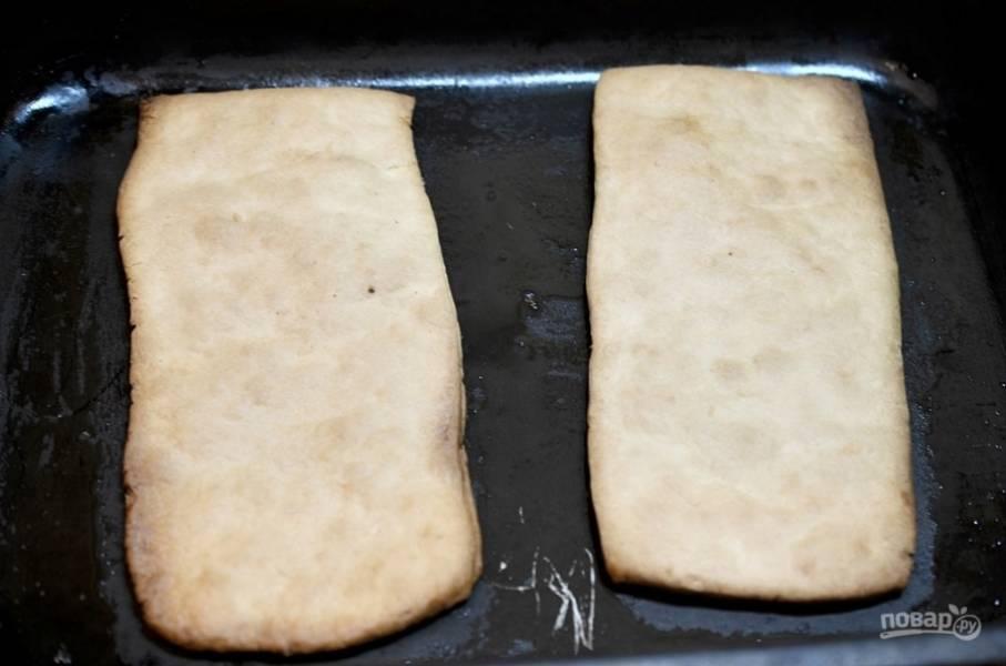 Выложите их на противень. Выпекайте тесто при температуре 180 градусов минут 15, пока оно не станет золотистого оттенка.