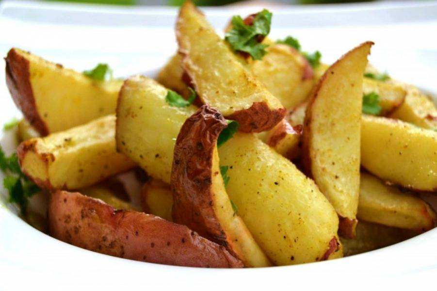 5.Украсьте готовый картофель зеленью и подавайте к столу.