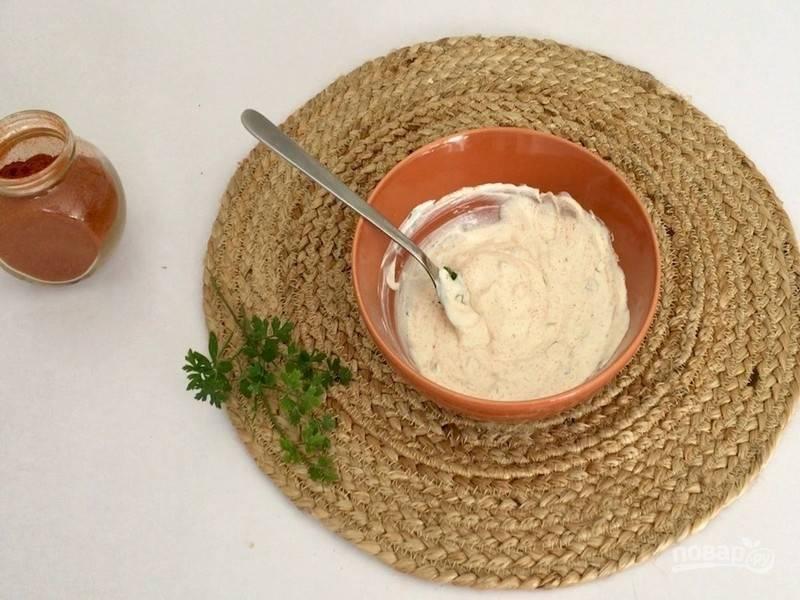 Йогурт смешайте с нарезанной петрушкой, паприкой и пока отложите в сторону.