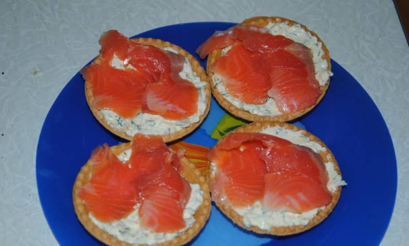 Смешайте яйца с майонезом. Полученной массой наполните тарталетки, сверху выложите ломтики лосося. Приятного аппетита!
