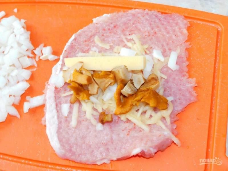 Выложите кусочек сыра и измельченные грибы.