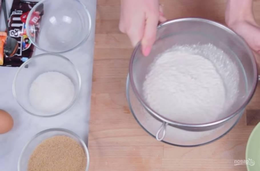 2.  Добавьте к нему весь сахар и начните взбивать на небольшой скорости. Добавьте яйцо и слегка взбейте миксером. Муку просейте и добавьте к ней разрыхлитель и соль.