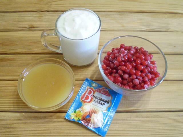 1. Приготовим продукты. Смородина красная содержит много косточек, детям лучше заменить на более мягкие фрукты или ягоды. Варенье должно быть сладкое.