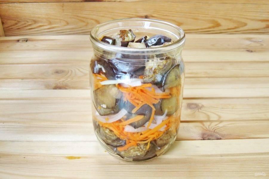 Банки емкостью 500 мл простерилизуйте. Выложите овощи слоями. Сначала баклажаны, затем – морковь с чесноком и потом – нарезанный лук. Таким образом заполните все банки.