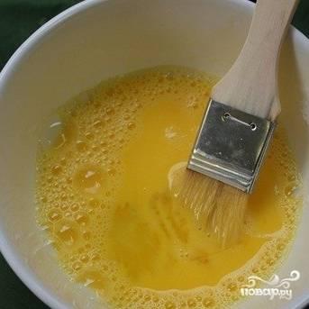 Яйцо взбиваем с одной столовой ложкой воды.