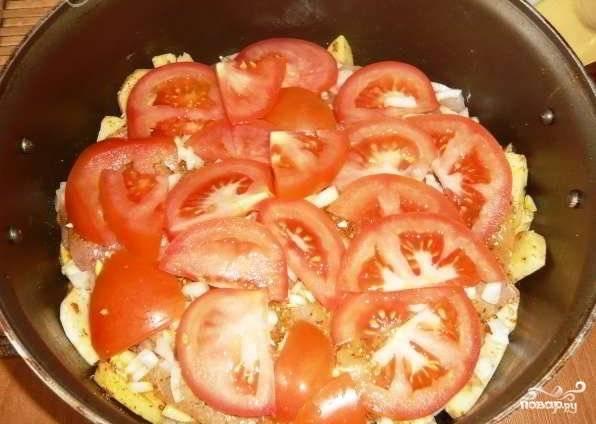 Репчатый лук мелко нарезаем и посыпаем им курицу. Теперь выкладываем нарезанные кружочками помидоры.