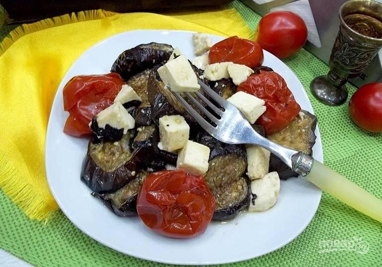 Также добавляем томаты, измельченный чеснок. Поливаем оливковым маслом. Приятного аппетита!