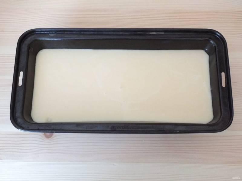Залейте тестом слой начинки. Поставьте выпекаться пирог при 180 градусах на 20 минут, после переключите на 160 градусов и выпекайте еще 25 минут. По середине пирога появится трещинка, это свойственно для пирога!