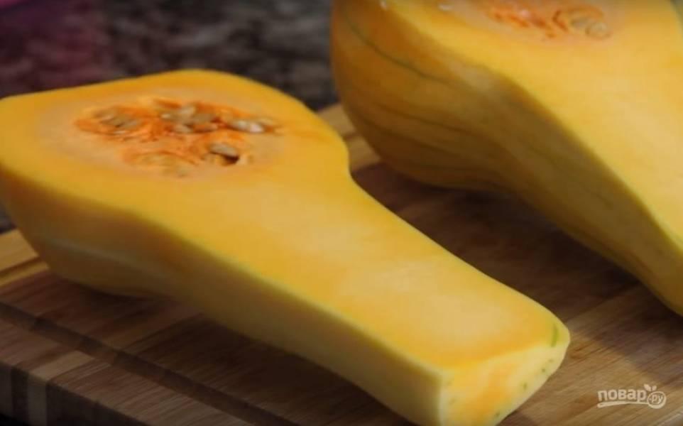 1. Для приготовления этого блюда нужно сразу очистить от кожицы тыкву. Сделать это можно ножом, а можно при помощи специальной картофелечистки. Затем разрежьте тыкву вдоль пополам. Для этого блюда лучше всего брать тыкву продолговатую.