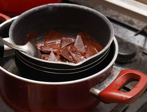 9. Последний этап - это глазурь. На водяной бане растопите шоколад и сливочное масло. Готовой глазурью полейте торт, снова отправьте его в холодильник. Вот такой несложный вариант, как приготовить птичье молоко из бисквитного теста. Перед подачей можете украсить сверху ягодами или листочками мяты.