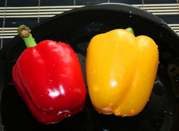 Берем по половинке красного и желтого сладкого перца (разные цвета, только для красоты).