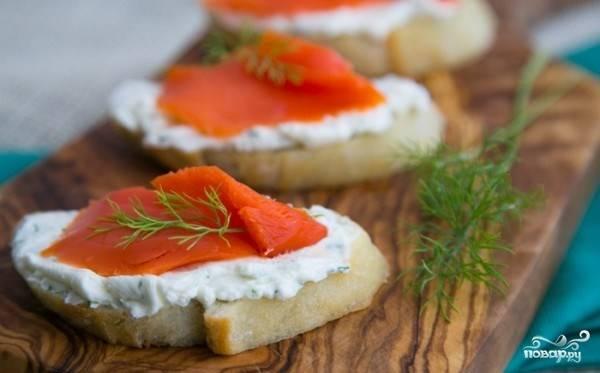Уложить кусочки рыбы на хлеб. Украсить укропом, зеленью укропа. Приятного аппетита!