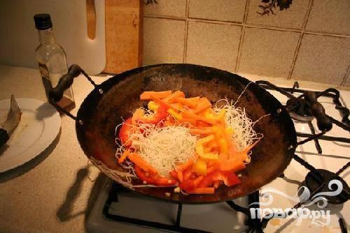 4.Нарежьте морковь и болгарский перец ломтиками. Очень тонко нарежьте имбирь. Выложите овощи в глубокую сковородку. Добавьте соевый соус и лимонный сок.