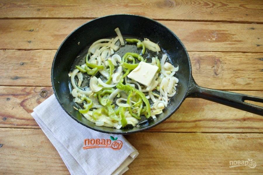В сковороду добавьте немного сливочного масла и верните фарш в сковороду. Смешайте фарш с обжаренными овощами.