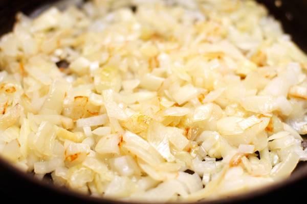Лук нарезать мелко. На сковородке разогреваем масло и обжариваем лук до золотистого цвета.