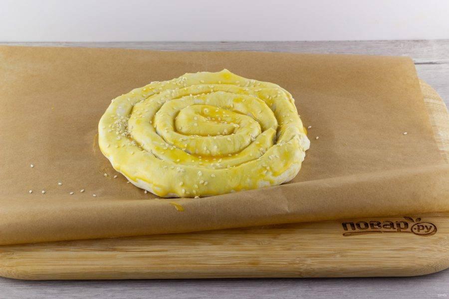 Смажьте желтком и посыпьте кунжутом. Поставьте запекаться на 25-30 минут при температуре 180 градусов. Готовый пирог остудите и приглашайте всех к столу.