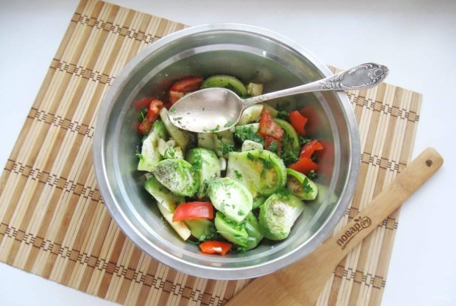 Перемешайте все ингредиенты салата. Дайте салату постоять 30 минут. За это время овощи  промаринуются.