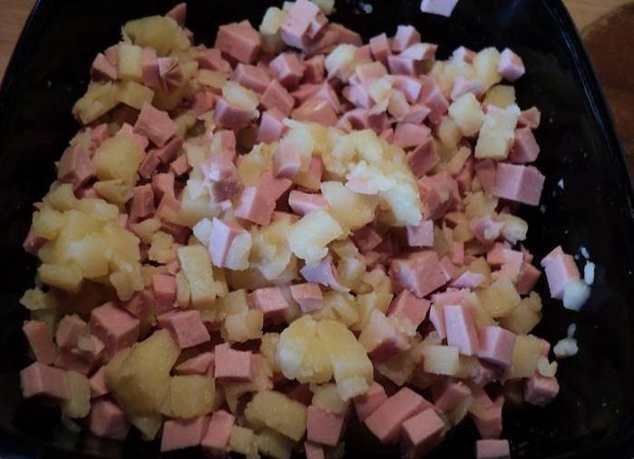 Картофель и ветчину порезать кубиками, перемешать, по вкусу добавить соль и перец.