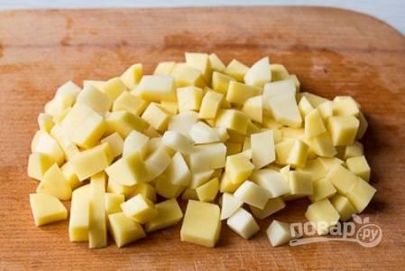 Чистим картофель, нарезаем его небольшими кубиками.