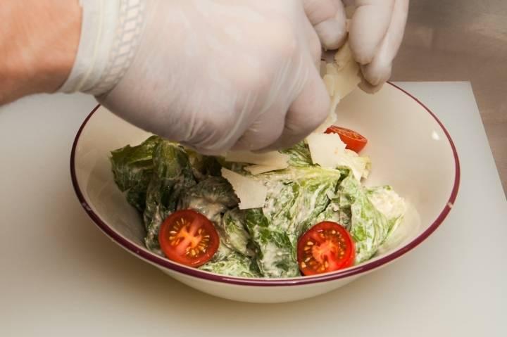 """Выкладываем помидоры в салат, добавляем """"Пармезан""""."""