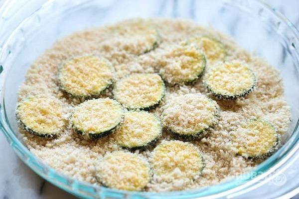 2. В отдельной мисочке соедините панировочные сухари и тертый сыр, перемешайте и по вкусу добавьте специи. Обваляйте каждый кусочек со всех сторон в панировке.
