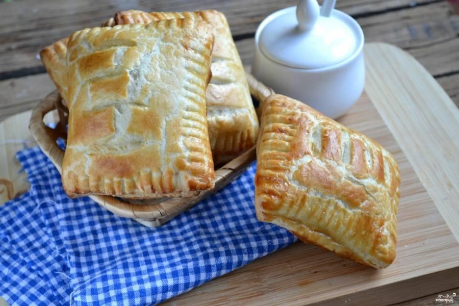 Смажьте пирожки взбитым яйцом или желтком, после чего отправьте их в духовку на 15 минут. Готовым пирожкам обязательно дайте остыть, начинка в середине будет очень горячей! Приятного аппетита!