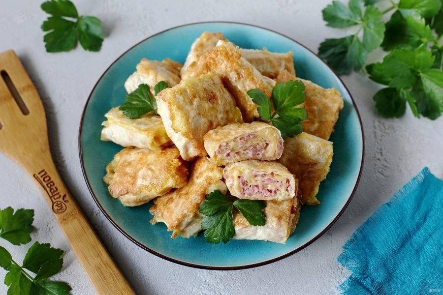 Ленивые пирожки из лаваша готовы. Подавать лучше всего в горячем виде, но и в остывшем они тоже хороши. Приятного аппетита!