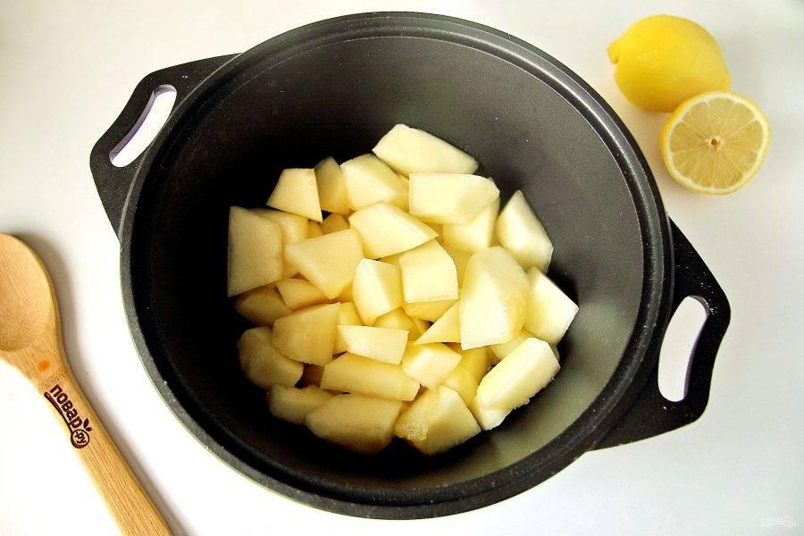 Дыню очистите от кожуры и семечек, нарежьте мякоть кубиками и переложите в большую кастрюлю (у меня казанок).