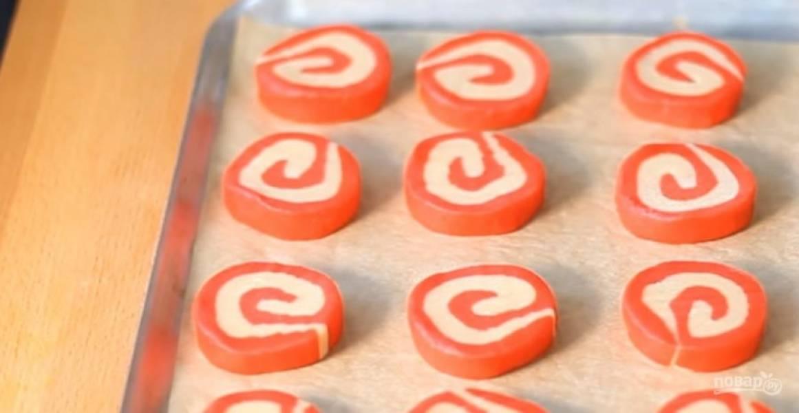 4.  Заверните рулеты в пищевую пленку и оставьте в холодильнике на 30 минут. С первого рулета нарежьте печенье, выложите его на противень, покрытый пергаментом.