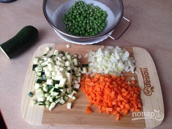 1. Очистим лук и морковь, затем все овощи нарезаем мелким кубиком. Горошек пробланшируем в слегка подсоленной воде минут 5, затем обдадим холодной водой и максимально просушим на бумажном полотенце.