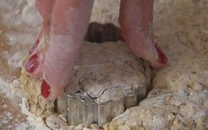 Рабочую поверхность присыпать оставшейся мукой, выложить тесто и сформировать из него пласт толщиной полтора-два сантиметра и формочкой или кондитерским кольцом вырезать булочки.
