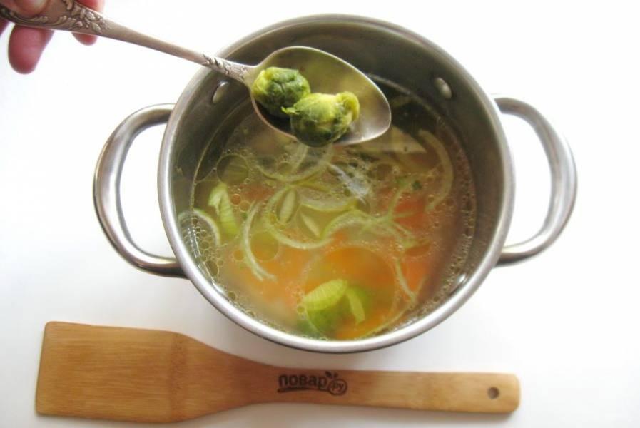 Добавьте брюссельскую капусту и картофель, нарезанный кубиками. Варите суп до готовности всех овощей.