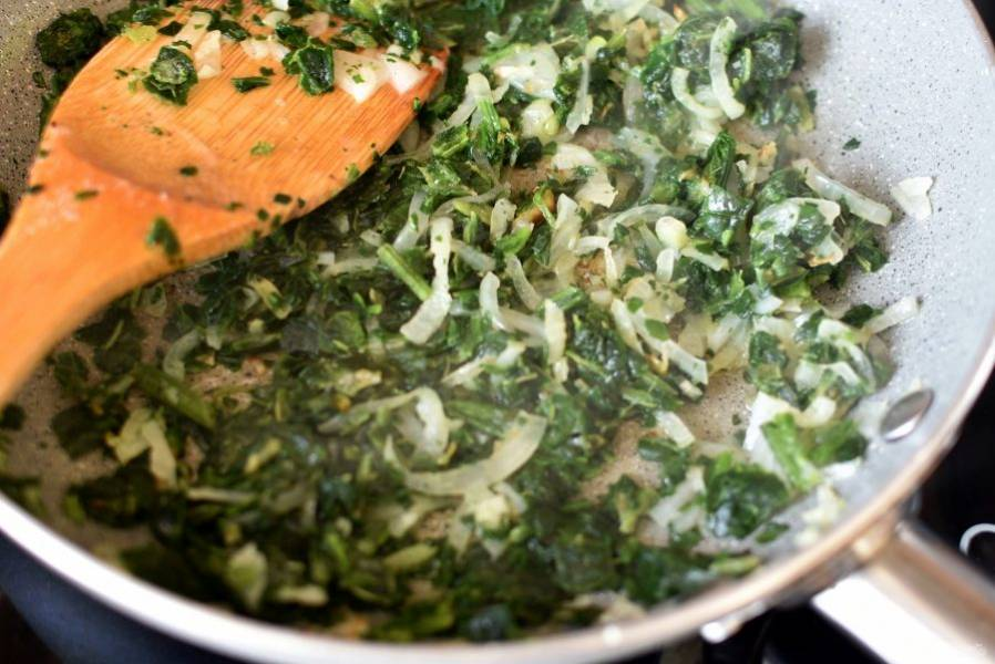 Крепкий бульон хорош и сам по себе. Но всегда можно подать к нему что-нибудь вкусненькое: к примеру, зеленый омлет. Потушите нашинкованный лук и шпинат на масле до мягкости. Посолите по вкусу.