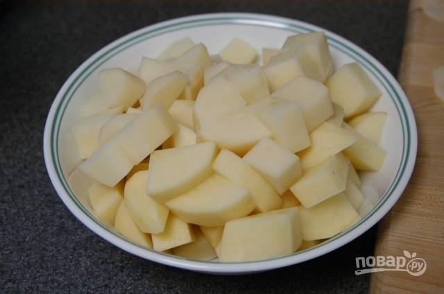1.Очистите картофель и нарежьте его небольшими кусочками. В кастрюлю налейте воду и отправьте ее на огонь, посолите и поперчите, добавьте картошку в кипящую воду и варите 15-25 минут.